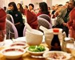 英国海关3日在曼彻斯特、伦敦等四个地点进行大规模搜查一名中国人开设的餐馆和超市以及民宅,查获大批现金、电脑、企业和个人纪录文件,并拘捕六人。(Alex Wong/Getty Images)