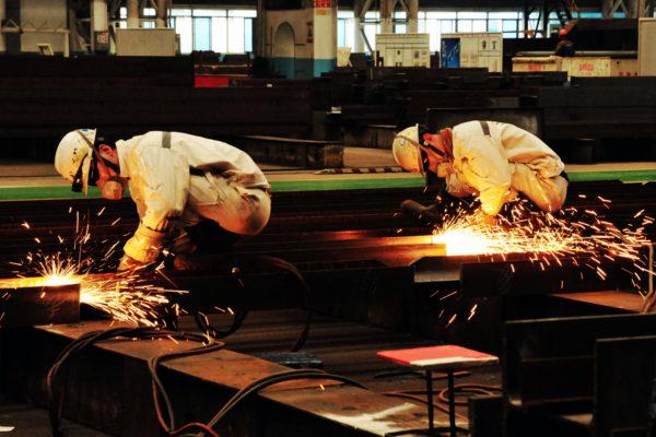 """外媒日前报导川普的建设项目使用来自中国的钢、铝材料后,""""美国钢铁工人联合会""""(United Steelworkers union, USW)发起抵制川普的运动,鼓励其成员不要投票给川普。(STR/AFP/Getty Images)"""