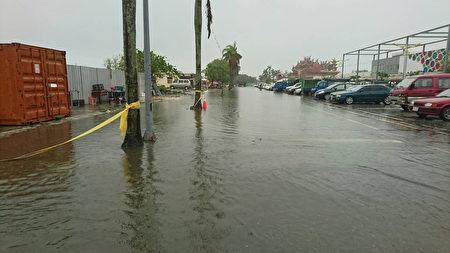 受艾利颱風外圍環流影響,花蓮昨晚開始下大雨,清晨 雨勢更大,多處路段傳出積水受阻,山區道路中橫有坍 方落石封閉,蘇花也零星落石。圖為市區積水情形。(民眾提供/中央社)