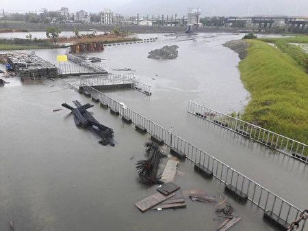 受艾利颱風外圍環流影響,花蓮昨晚開始下大雨,7日 清晨雨勢更大,市區多處路段傳出積水受阻。 (民眾提供/中央社)