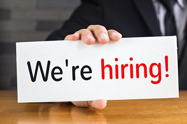 周一(7月17日),美国全国企业经济学家协会公布的最新调查显示,越来越多的美国雇主正在努力雇用新人,结果一些雇主不得不提高员工薪资。(Fotolia)