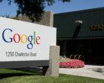 谷歌因去年总统大选前对网络搜索进行暗箱操作,偏袒希拉里,并投下巨资支持希拉里阵营,如今正自食其果。 (Justin Sullivan/Getty Images)