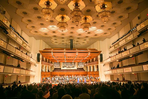 神韻交響樂團在美國首都華盛頓肯尼迪藝術中心音樂廳的演出圓滿落幕。(李莎/大紀元)