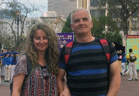 John manser 先生和Dorothy太太来到旧金山旅游,碰到了法轮大法游行的队伍。他们长时间的好奇的观看。(马丽/大纪元)