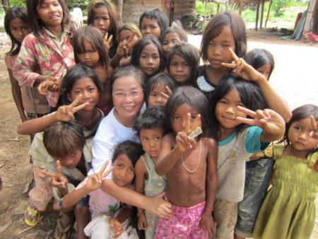 余良玲(戴眼镜者)在柬埔寨与部落的孩子(余良玲/提供)