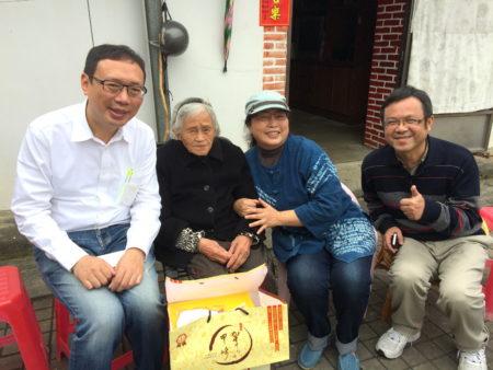 叶国芳(右1)、余良玲(右2)及协会顾问黄适卓(左1)前往复兴乡关怀部落耆老。(余良玲/提供)