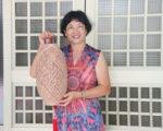 大甲资深艺师林惠津,2007年开始从事蔺草编织教学,成立编织教室,并在各个社团指导蔺草编织。(赖瑞/大纪元)