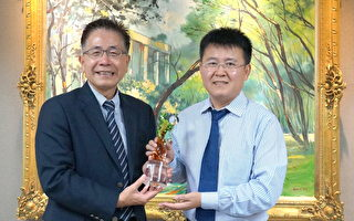 劉繼峰教授(右)研究宇宙黑洞有成,榮獲今年秋季「年輕天文學者獎」,由中大校長周景揚頒發獎座。(中央大學/提供)