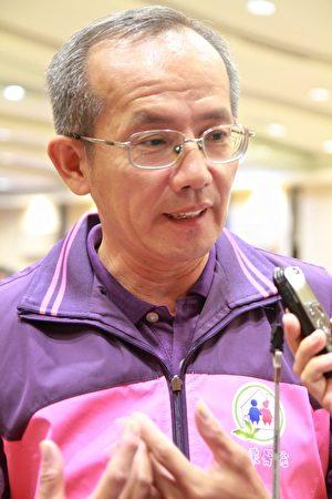服务员黄宏淳接受记者采访。(许享富 /大纪元)