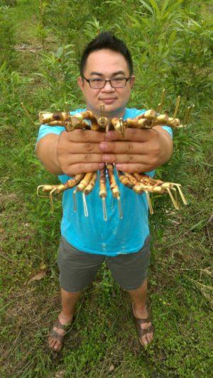 竹籁文创赖彦池手握竹制塑胶袋提把。(孟宪腾/大纪元)