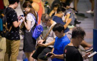眼科醫學會5日公布一項「全民護眼趨勢調查」,結果發現,目前國人每天使用手機平均為7.8小時。(陳柏州 /大紀元)