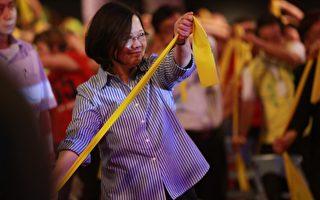 總統蔡英文7日參加彩排活動,與長者齊跳不老操。(曾漢東/大紀元)