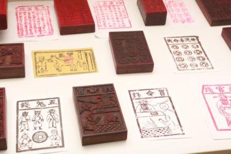 金纸店的各式各样的民俗版画。(曾汉东/大纪元)