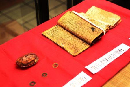 授福堂展示具有历史的万年历。(曾汉东/大纪元)