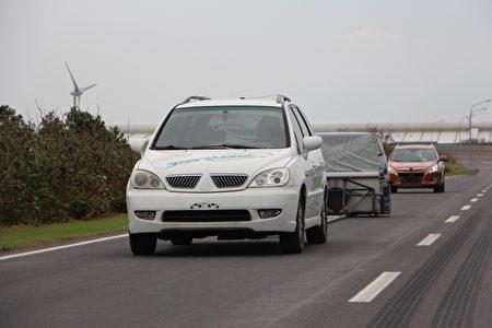 前方車輛帶著試撞部分,測試後車的緊急煞車系統是否正常啟用。(陳懿勝/大紀元)