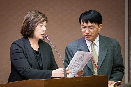 NCC主委詹婷怡(左)表示,NCC將在26日提出相關節目贊助管理辦法。(陳柏州/大紀元)