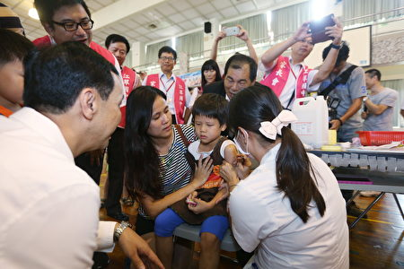 新北市長朱立倫關心幼童及學生接種流感疫苗。(新北市政府新聞局提供)