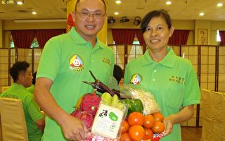 清禾有機農夫曾春花(右)、陳新豪(左)在金都餐廳台灣美食展記者會上介紹有機蔬果。(黃淑貞/大紀元)