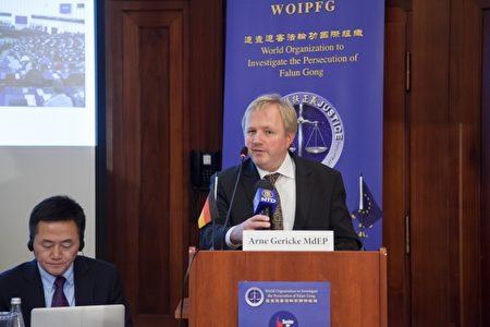 德國的歐盟議員蓋立克在10月28日的柏林反活摘器官論壇上發言,指出中共前黨魁江澤民是迫害法輪功的罪魁禍首。(記者吉森/攝影)