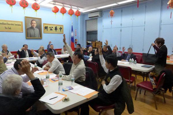 華僑學校新校長王張令瑜向校董們作校務簡報,提出改進計劃,校董們舉手支持。 (蔡溶/大紀元)