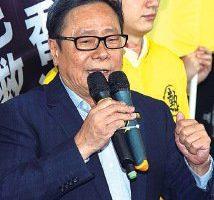 前立法会议员黄毓民2014年在行政长官答问大会上投掷玻璃杯,被控普通袭击罪成。(大纪元资料图片)