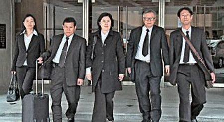 80名台灣法輪功學員在03年2月遭港府強制遣返,經過6年訴訟,2009年9月4日香港高等法院上訴庭頒發長達90頁判詞,當中以60頁的篇幅嚴厲批評港府違反向法庭完全坦白的責任。(大紀元資料圖片)
