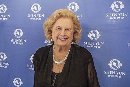 庫克郡財長Maria Pappas前助理Pat Michalski觀看了10月29日在芝加哥交響樂中心的神韻音樂會。她表示,神韻音樂讓她與中國身心相連(唐明鏡/大紀元)