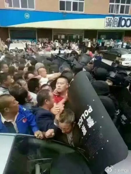 10月5日,河南新郑市龙湖镇张沟村数千村民使用磕头、木棍击退强拆队,警民激战。(网络图片)