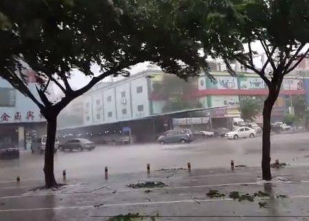 狂风暴雨造成路面严重积水。(网络图片)