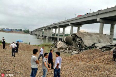 江西省吉安市泰和县的泰和大桥旧桥9月11日发生坍塌,事故现场有车辆被压,截至目前,已有5名受伤人员送往医院抢救,初步确定3人失联。(网络图片)