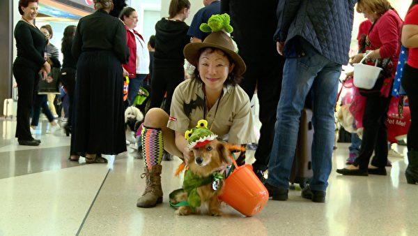 狗主人Sophie Kondou和狗狗Tyrion。(刘宁/大纪元)