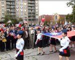 皇后區105年雙十國慶升旗禮,空小校友手持巨幅中華民國國旗進場。 (林丹/大紀元)