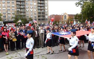 皇后区105年双十国庆升旗礼,空小校友手持巨幅中华民国国旗进场。 (林丹/大纪元)