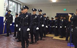 10月28日,洛城警局(LAPD)训练学校的32名学员顺利合格毕业,其中包括3名华裔新警官。图为毕业警官入场。(杨阳/大纪元)