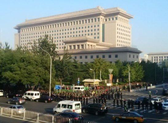 """10月11日,上万名退伍士官到中共军委""""八一大楼""""请愿,要求安置、要求生活保障。(网络图片)"""