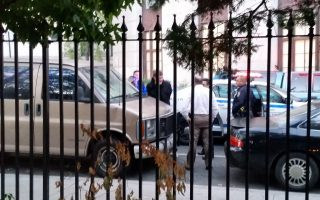 流浪汉12日早上在华埠哥伦布公园旁舞刀遭警制服。 (陈家龄提供)