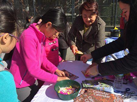 孩子们在皇后植物园工作人员的指导下,做花瓣书签。