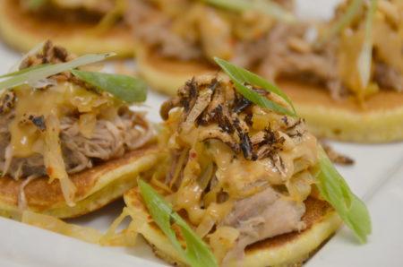 Trevor Bird准备的开胃菜是「鸭肉松饼」(Duck Pancake),这是他店里一道颇受欢迎的菜。这个「Duck Pancake」可不是我们中国人吃的明炉烤鸭,既烤出法式脆皮,而肉质仍然十分软嫩,在松饼上放鸭肉、香葱丝和韩国泡菜,这是美式、亚洲风格美食的大杂烩。灵感来自中华美食的菜餚,而制作方式却是很加拿大式的。(陈怡然/大纪元图片)