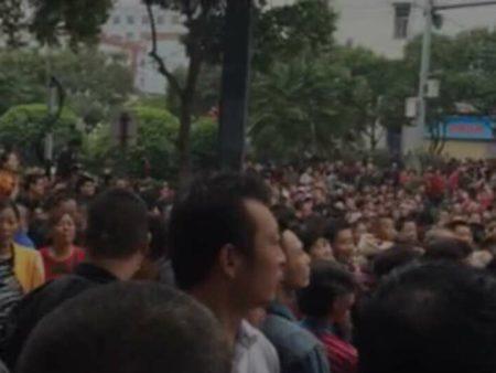 陕西西安市高陵区民众抗议建垃圾焚烧厂事件持续发酵,10月15日,上万民众走上街头,警方开始大肆抓人。(网络图片)