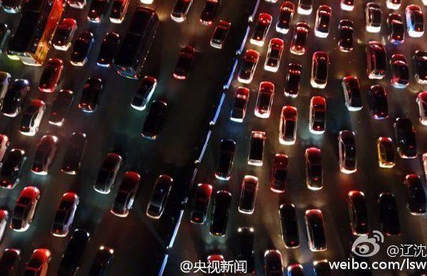 大陆十一长假临近结束,多地迎来返程高峰,北京、上海、广东等地高速出现拥堵现象。图为北京高速车流拥堵情况。(网络图片)