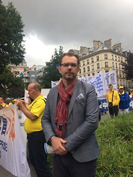 在巴黎當老師的Wietzel EMMANUEL先生。(启心/大纪元)