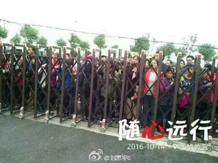 家属连续多日在校门前讨说法。(网络图片)