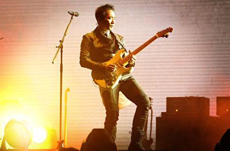 五月天吉他手石头,在当年唱完演唱会之后,就飞向英国去念音乐了,令大家哭得超级惨。 (图/星艺娱乐提供)