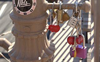 布碌崙大橋上的各種愛情鎖和雜物越來越多,已經影響到公眾交通和安全。 (胡志華/大紀元)