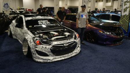 """波士顿进口车改装车展会场上的""""低趴""""改装车。(廖述祥/大纪元)"""