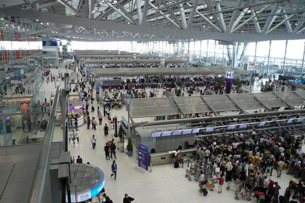 当地时间周一上午,一名中国女子在泰国曼谷苏凡纳布米国际机场(Suvarnabhumi,又称素万那普国际机场)亮出水果刀大喊大叫。图为曼谷机场。(维基百科公有领域)