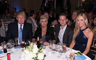 川普和前妻Ivana Trump(左二)、兒子Eric Trump(左三)在一次活動上。 (Dave Kotinsky/Getty Images)