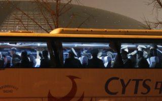 去年12月12日,北韓牡丹峰樂團突然取消在華演出。圖為北韓功勳國家合唱團12日乘坐大巴士離開北京國家大劇院。(STR/AFP/Getty Images)