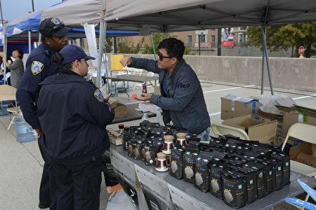 韩国老板想纽约警察介绍韩国高级的天日盐。这种盐很受西方人欢迎,已经打进主流市场。(马青/大纪元)