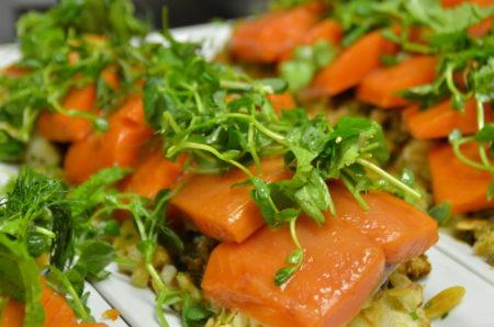 Trevor Bird的主菜是慢烤的阿拉斯加三文鱼、甜菜、腌青葱、茴香和橘子沙拉,配以辣根乳酪(horseradish mascarpone)。在这里笔者要特别提醒大家,如果到育空,一定不能错过阿拉斯加三文鱼。白马市中心有专门提供三文鱼美食的餐厅。据Trevor Bird介绍,我们在温哥华吃到的三文鱼来自四个小时车程的基隆拿(Kelowna),而阿拉斯加到这里只需两个小时,这种食材可谓很本地化。当晚,Bird用非常低的温度慢慢的烤,温度控制上非常讲究,这道菜让在座的来宾赞不绝口。阿拉斯加三文鱼是Bird很喜欢的美食,他认为週末带上家人到育空渡假是个不错的选择。(陈怡然/大纪元)